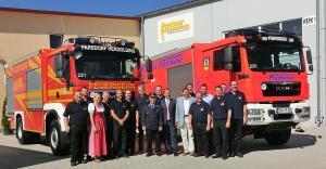Freude über das neue Fahrzeug: Gruppenbild mit Landrat und Bürgermeister